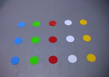 Olika färger rund golvmarkering